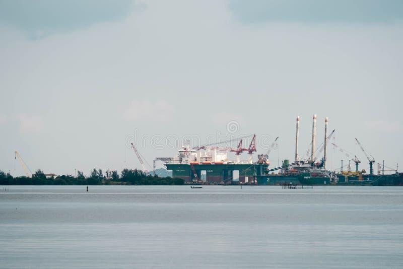 Planta de refinería del petróleo y gas cerca de una playa en Batam Indonesia fotos de archivo libres de regalías
