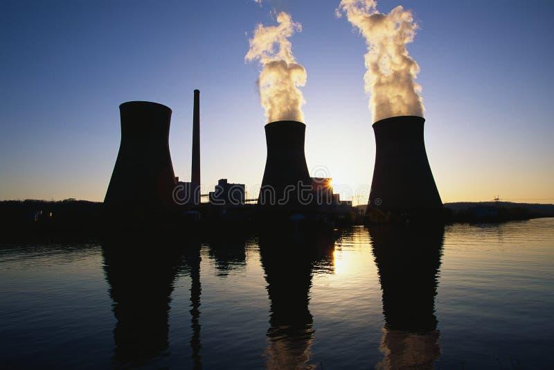 Planta de serviço público de carvão com o fumo que vem da pilha fotografia de stock