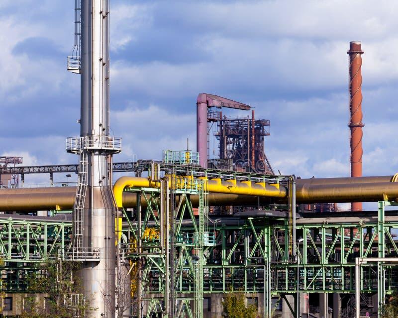 Planta de transformação produzindo o carvão do casco para a fábrica de aço fotografia de stock royalty free