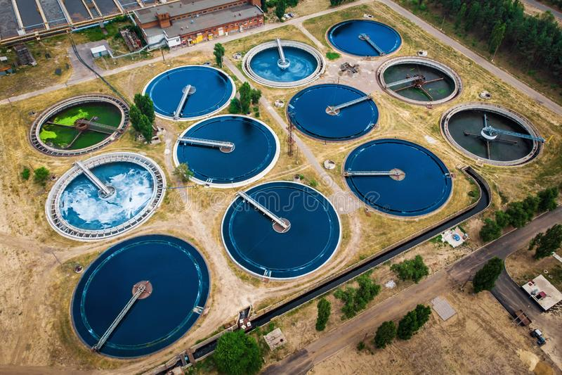 A planta de tratamento de águas residuais moderna com as lagoas redondas para recicla a água de água de esgoto suja, vista aérea imagens de stock