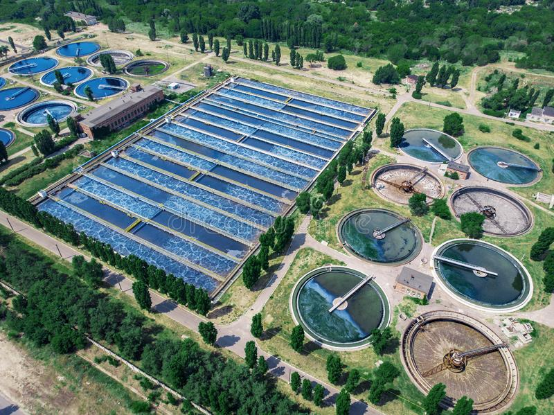 A planta de tratamento de águas residuais moderna com as lagoas redondas para recicla a água de água de esgoto suja, vista aérea fotos de stock royalty free