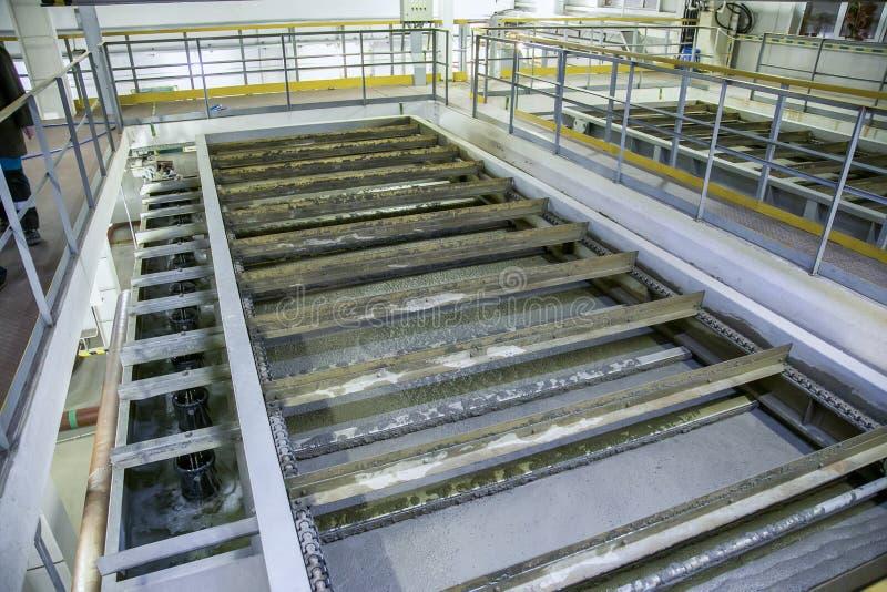 Planta de tratamento de águas residuais moderna interna Tanque da flutuação com águas residuais fotos de stock royalty free