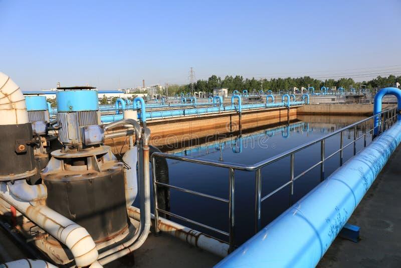 Planta de tratamento de águas residuais urbana moderna imagens de stock