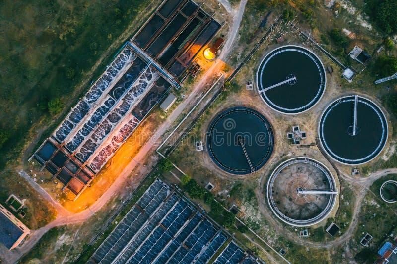 Planta de tratamento de esgotos, vista superior aérea do zangão na noite Limpeza industrial das águas residuais em armazenamentos fotos de stock