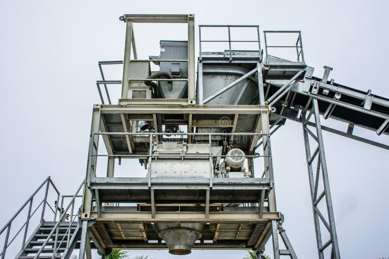 A planta de tratamento por lotes é uma máquina para criar o concret, da areia, pedra, foto de stock royalty free