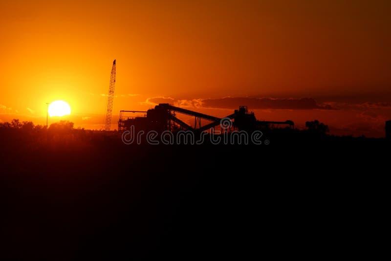 Planta de tratamiento del mineral de hierro en la puesta del sol foto de archivo