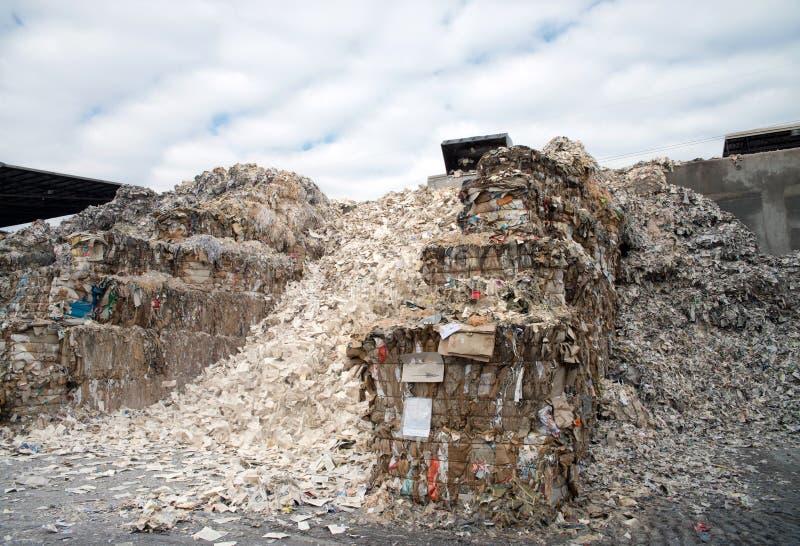 Planta del molino de papel - papel y cartulina para reciclar fotos de archivo