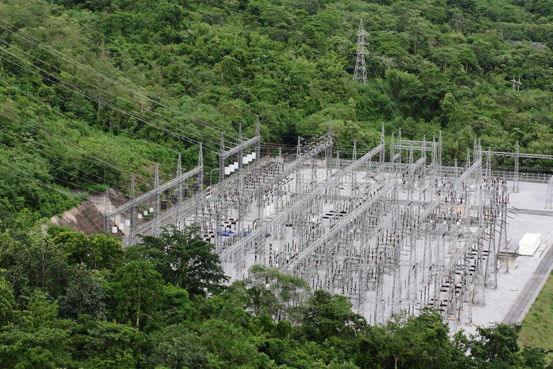 Planta elétrica na floresta, Tailândia foto de stock