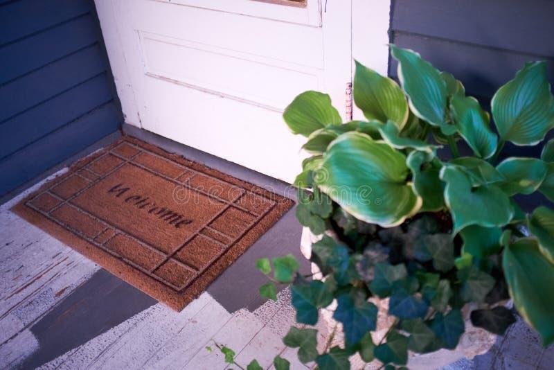 Planta en conserva junto a un felpudo imagen de archivo
