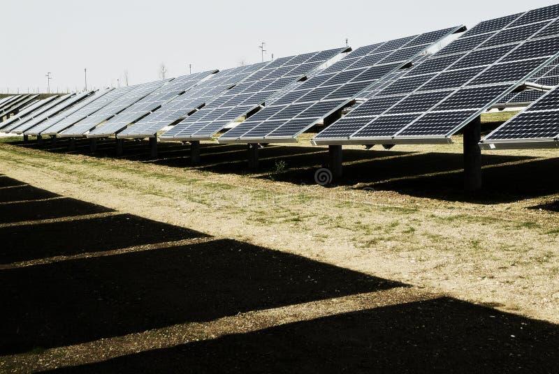Planta fotovoltaica, los paneles solares, fuente alternativa de la electricidad fotos de archivo