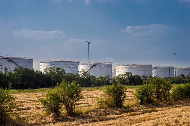 Planta grande del tanque de aceite con el cielo azul fotos de archivo