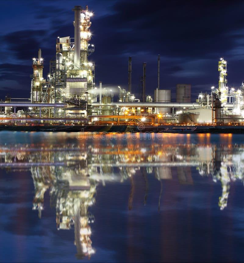 Planta industrial da refinaria de petróleo na noite fotografia de stock royalty free
