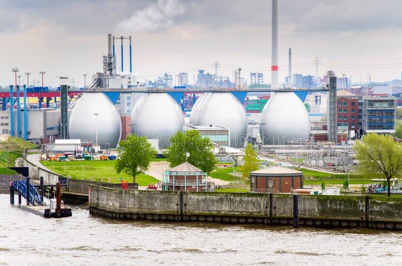 Planta industrial do beira-rio e céu nebuloso fotos de stock royalty free