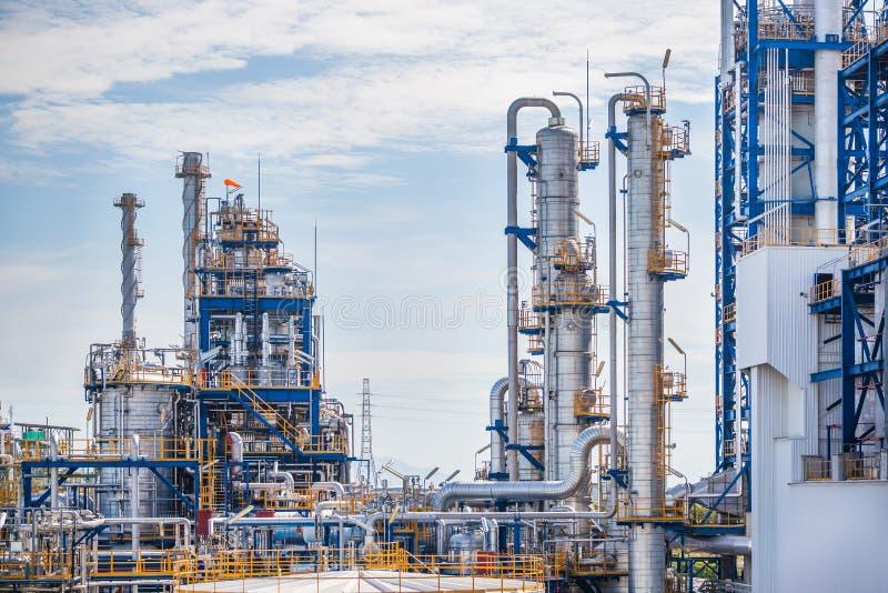 Planta industrial do petróleo e da refinaria com céu azul fotografia de stock