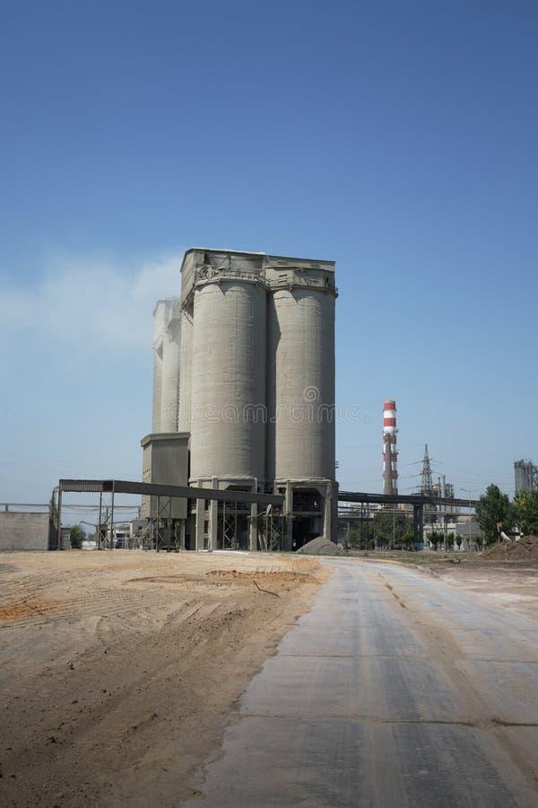 Planta industrial en un fondo del cielo Un edificio enorme y una chimenea de una fábrica de la lechería Concepto de la ecología C fotos de archivo