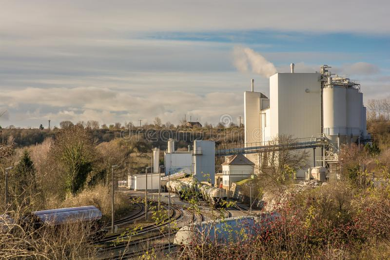 Planta industrial en un valle con la conexión ferroviaria directa imagen de archivo libre de regalías