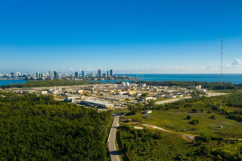 Planta industrial Key Biscayne Miami la Florida de la purificación del agua de la foto aérea imágenes de archivo libres de regalías