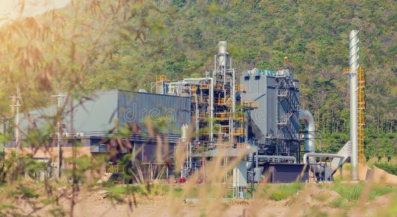 Planta industrial na área verde da árvore e de montanha fotografia de stock