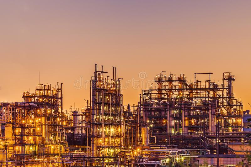Planta industrial o fábrica de la refinería de petróleo en la puesta del sol, los tanques y la tubería de acero, tecnologías petr foto de archivo libre de regalías