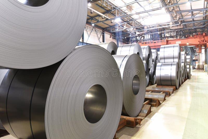 Planta industrial para a produção da chapa metálica em uma fresa de aço - armazenamento de rolos da folha fotos de stock