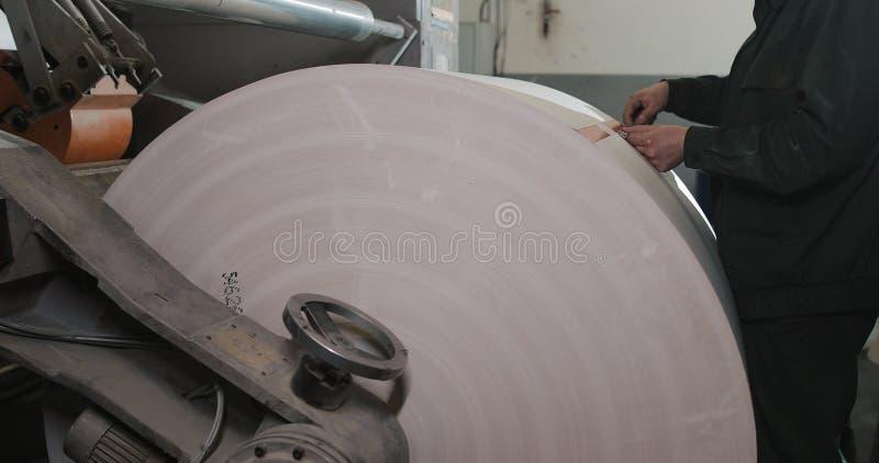 Planta na produção de jornal Rolo da máquina da cópia na produção da cópia do offset do jornal Homem do trabalhador no trabalho d foto de stock royalty free