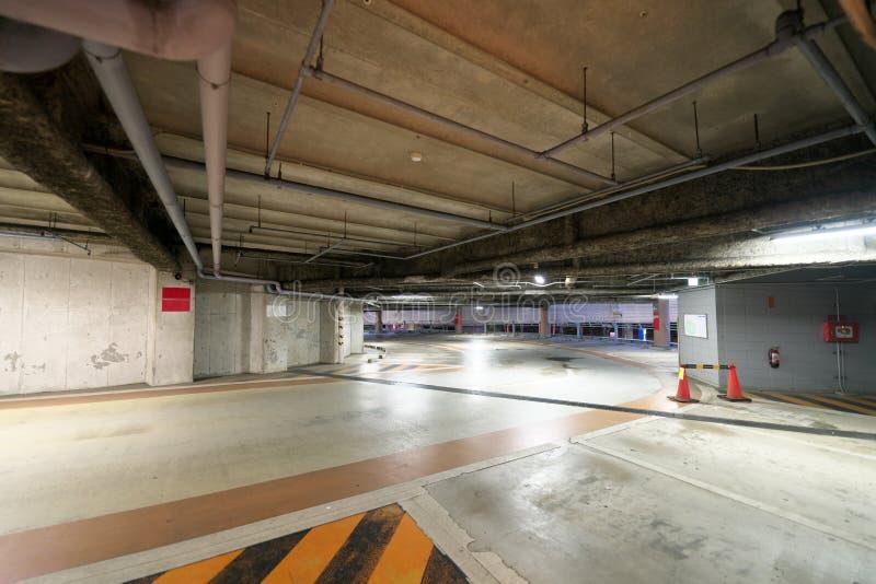 Planta o pendiente de estacionamiento en espiral de varios pisos en Tokio, Japón imágenes de archivo libres de regalías