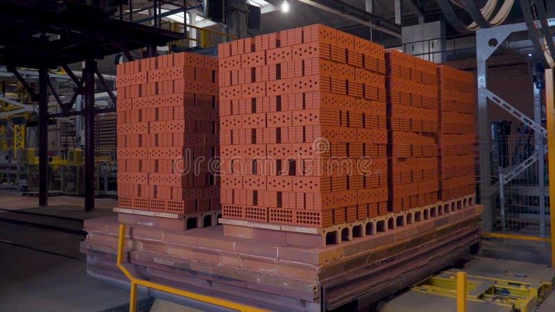 Planta para la producción de ladrillos Planta para el material de construcción de la producción con el ladrillo listo, construcci fotos de archivo libres de regalías