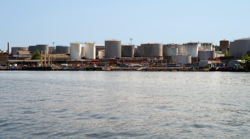 Planta para o processamento de produtos petrolíferos e a produção de combustível e de lubrificantes foto de stock royalty free