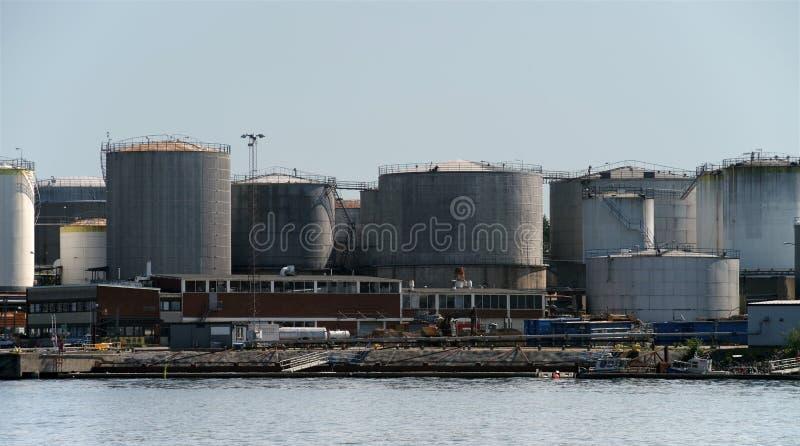 Planta para o processamento de produtos petrolíferos e a produção de combustível e de lubrificantes Depósitos de gasolina na cost imagens de stock