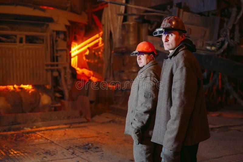 Planta para a produ??o de a?o Uma fornalha de derretimento elétrica Retrato dos trabalhadores imagens de stock royalty free