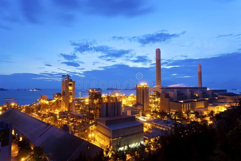 Planta petroquímica de la refinería de petróleo en la noche foto de archivo