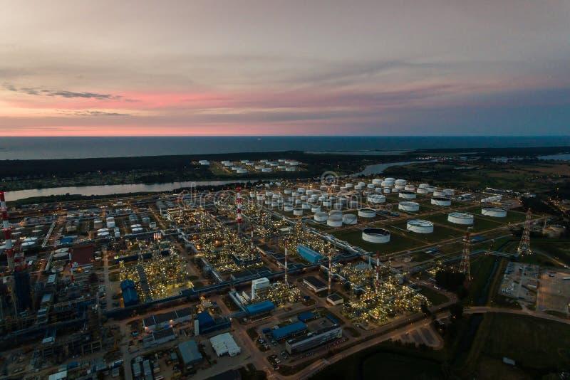 Planta petroquímica de la refinería de petróleo, visión superior imagenes de archivo