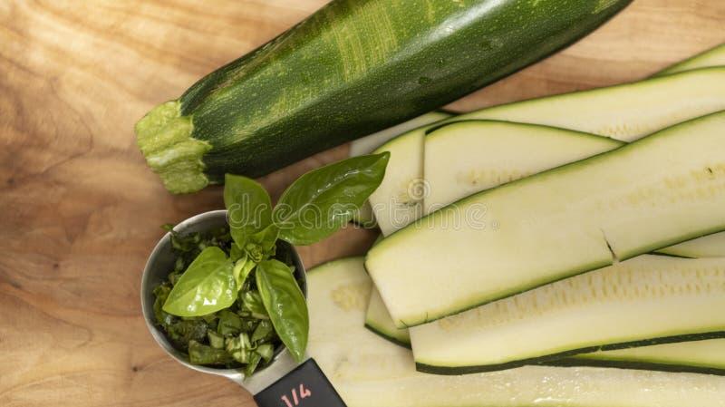 A planta sem carne do vegetariano do abobrinha baseou o alimento - cozimento do lassagna foto de stock