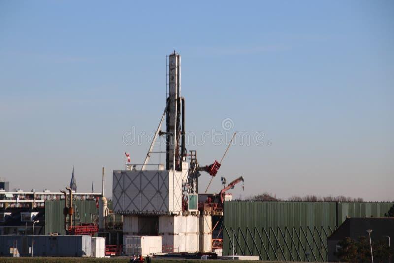Planta temporal en la ciudad del monstruo en donde el viejo yacimiento de gas natural abandonado se cierra permanentemente para e fotos de archivo