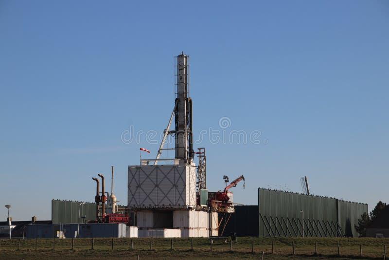 Planta temporal en la ciudad del monstruo en donde el viejo yacimiento de gas natural abandonado se cierra permanentemente para e fotografía de archivo