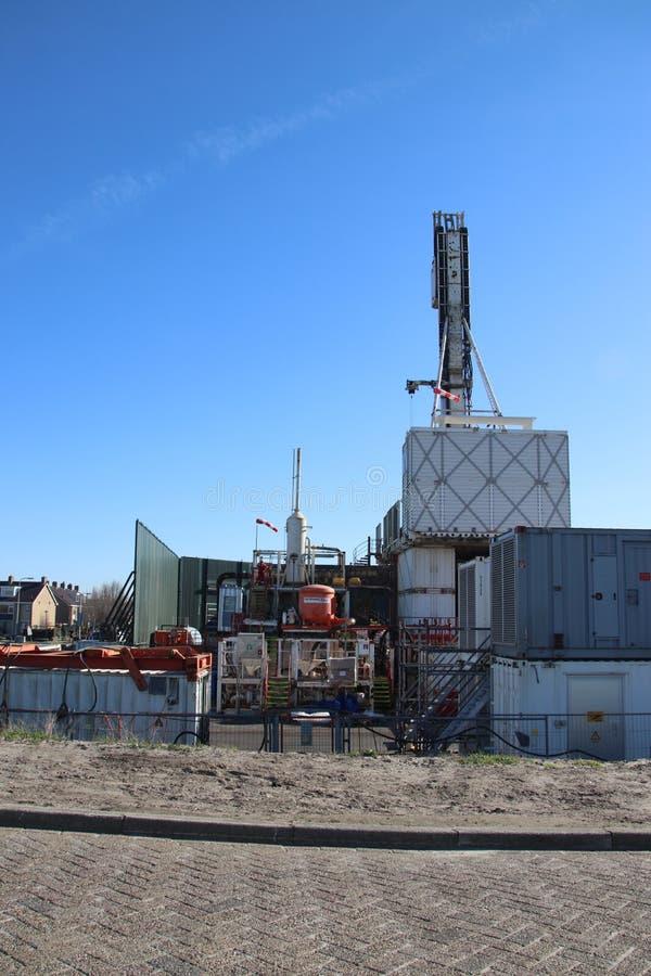 Planta temporal en la ciudad del monstruo en donde el viejo yacimiento de gas natural abandonado se cierra permanentemente para e foto de archivo libre de regalías