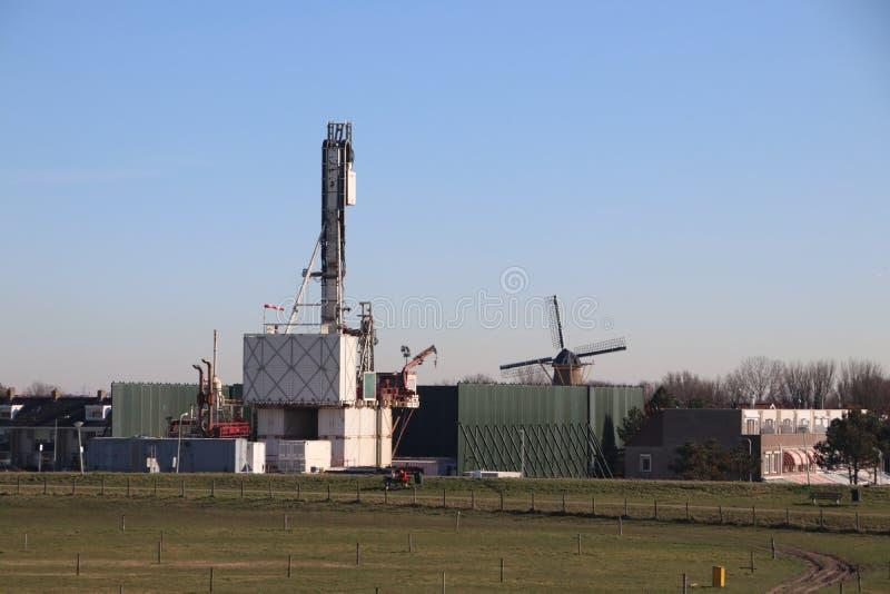 Planta temporal en la ciudad del monstruo en donde el viejo yacimiento de gas natural abandonado se cierra permanentemente para e imágenes de archivo libres de regalías