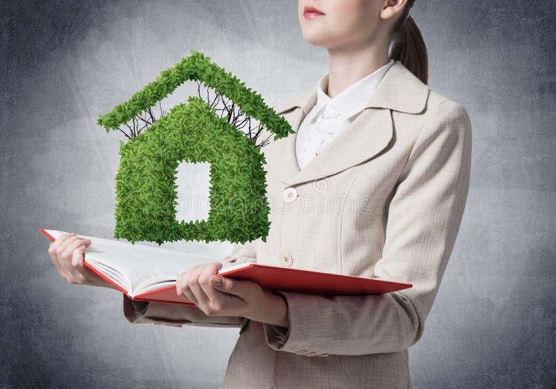 Planta verde de la demostraci?n del agente inmobiliario imágenes de archivo libres de regalías