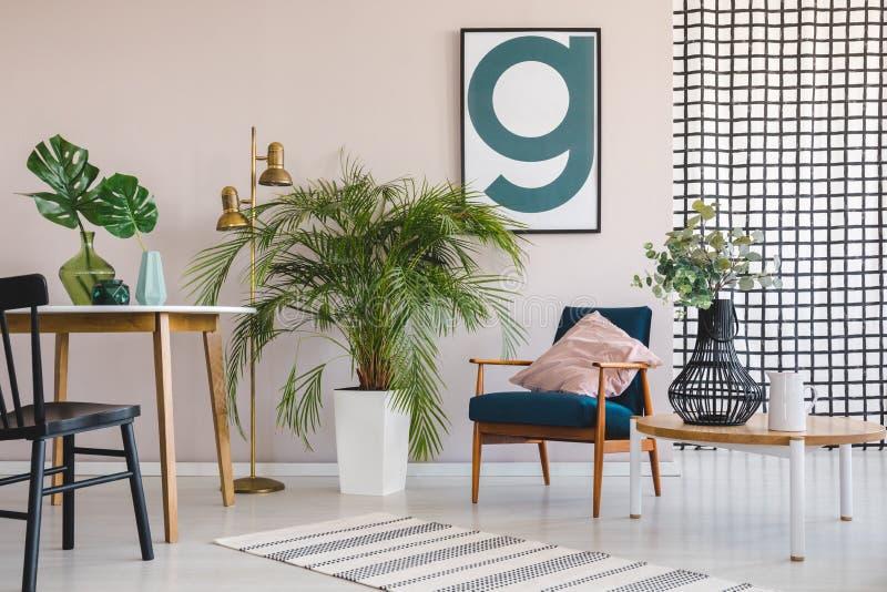 Planta verde en el pote blanco entre la tabla de madera con la hoja en florero negro y la butaca retra con la almohada rosada en  stock de ilustración