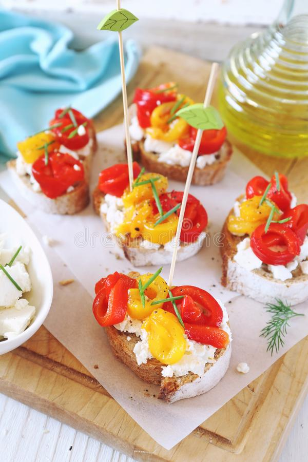Plantaardig voorgerecht Brood, kwark en multi-colored geroosterde groene paprika stock fotografie