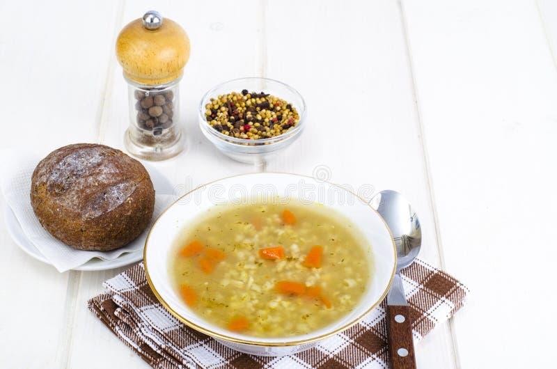 Plantaardige bouillon met ongepelde rijst en wortelen royalty-vrije stock afbeelding