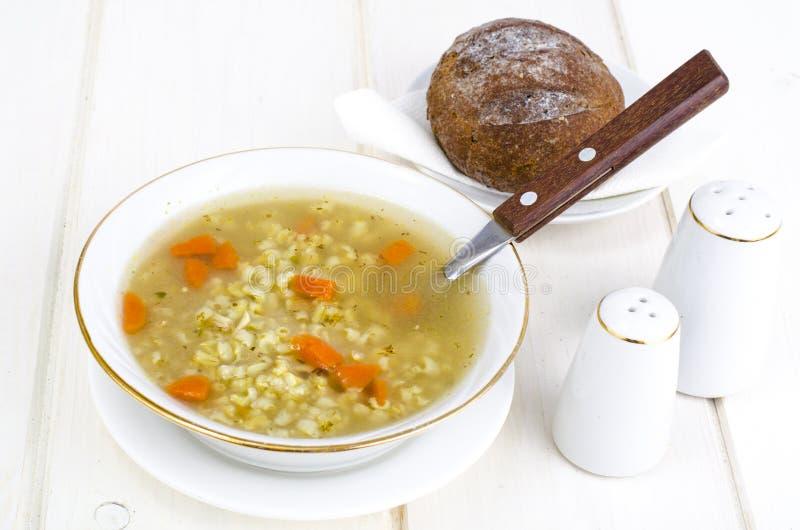 Plantaardige bouillon met ongepelde rijst en wortelen royalty-vrije stock foto