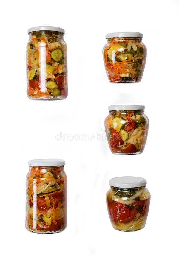 Plantaardige eigengemaakte domeinen van komkommers, tomaten, bloemkool, wortelen, uien met kruiden in kruiken royalty-vrije stock fotografie