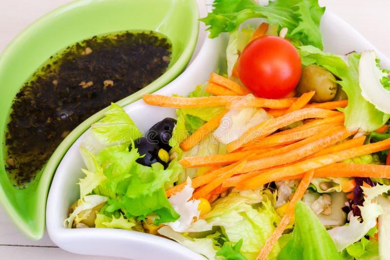 Plantaardige geassorteerde salades Voedend rijk voedsel stock foto's