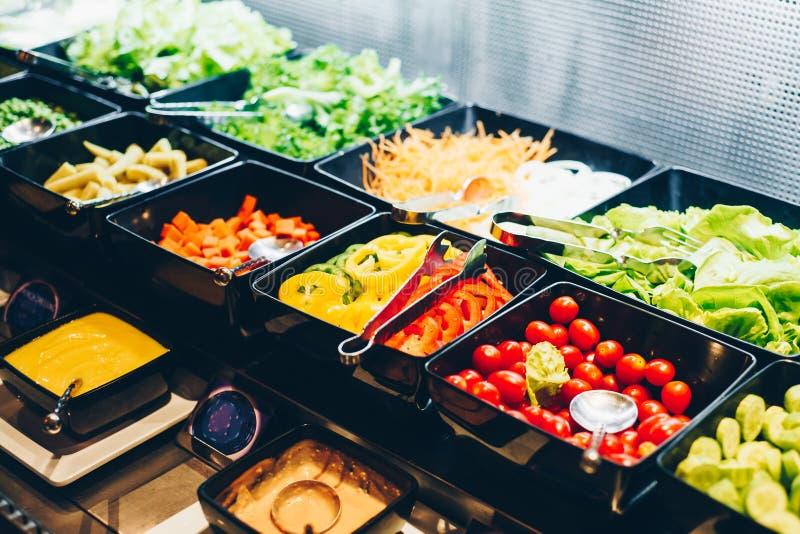Plantaardige gemengde organische salade die in kom, Gezond voedsel plaatsen stock afbeeldingen