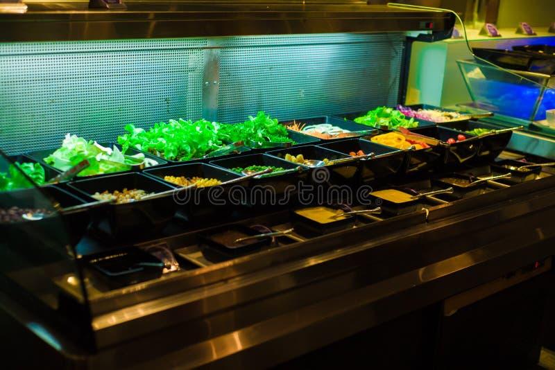 Plantaardige gemengde organische salade die in kom, Gezond voedsel plaatsen royalty-vrije stock foto's