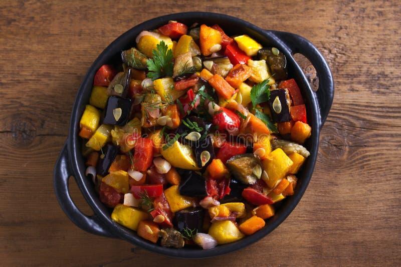 Plantaardige hutspot: aubergine, peper, tomaat, courgette, wortel en ui Gestoofde plantaardige salade royalty-vrije stock fotografie
