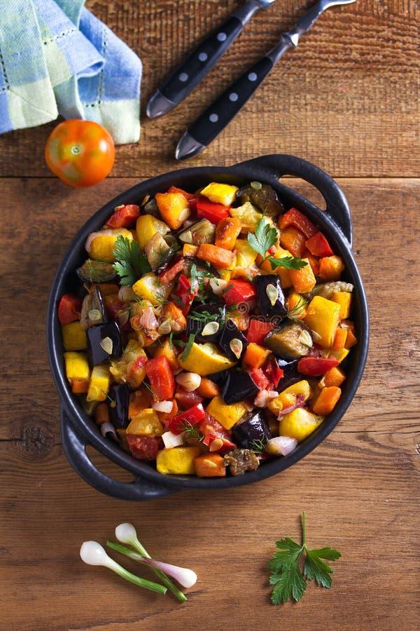 Plantaardige hutspot: aubergine, peper, tomaat, courgette, wortel en ui Gestoofde plantaardige salade royalty-vrije stock foto's