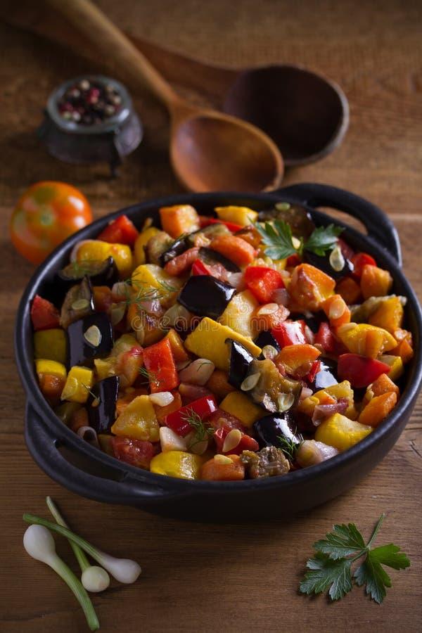 Plantaardige hutspot: aubergines, paprikapeper, tomaten, courgette, wortelen en uien Gestoofde plantaardige salade royalty-vrije stock foto