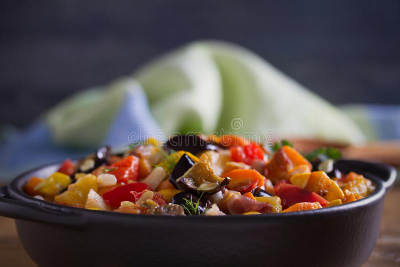 Plantaardige hutspot: aubergines, paprikapeper, tomaten, courgette, wortelen en uien Gestoofde plantaardige salade royalty-vrije stock afbeeldingen